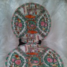 Antigüedades: PAREJA DE PLATOS EN PORCELANA PINTADA A MANO, FAMILIA ROSA. CHINA. SELLOS DORSO.2º CUARTO DEL S.XX. Lote 98412035