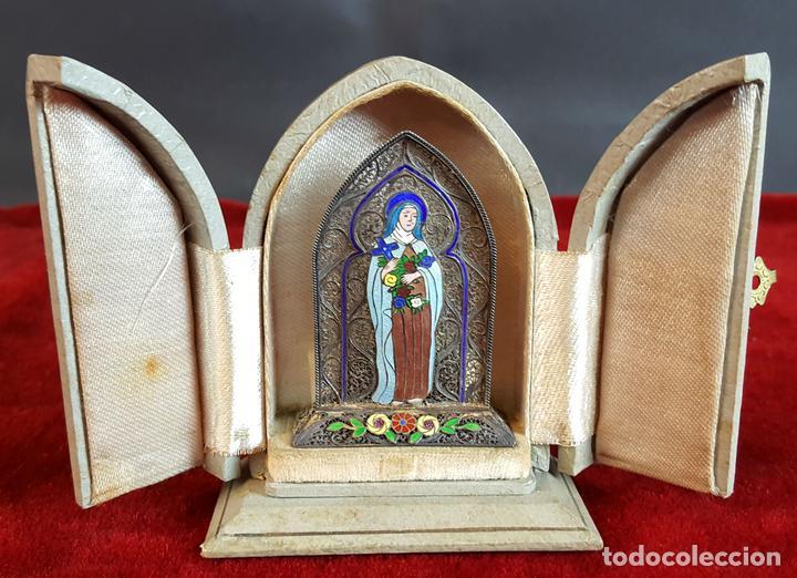 VIRGEN MARÍA. METAL ESMALTADO. HORNACINA EN MADERA CUBIERTA. SIGLO XX. (Antigüedades - Religiosas - Ornamentos Antiguos)