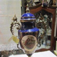 Antigüedades: ANTIGUO JARRÓN DE PORCELANA Y BRONCE, CON PEANA DE MÁRMOL. 53 CMS. ALTURA.. Lote 98443947