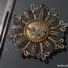 Antigüedades: MEDALLA O MEDALLON DE CUNA, NIÑO JESUS, PLATA, FILIGRANA , 9 X 9 CM APROX.. Lote 98491575