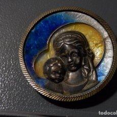 Antigüedades: MEDALLA O MEDALLON DE CUNA, VIRGEN CON NIÑO JESUS, PLATA CON ESMALTES, , 6,5 CM APROX.. Lote 98492303