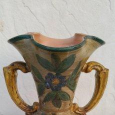 Antigüedades: ANTIGUO JARRON ANFORA DE CERAMICA,PINTADO A MANO,DIBUJOS EN RELIEVE.NO TIENE MARCA.. Lote 98582491