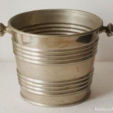 Antigüedades: CUBO, MACETERO O CHAMPAÑERA DE METAL. 15 CM ALTO X 19 CM DIAMETRO. VER FOTOS Y DESCRIPCION. Lote 98633635