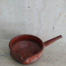 Antigüedades: CURIOSO CUENCO PARA SERVIR ACEITE DE BARRO CON ASA. Lote 98676863