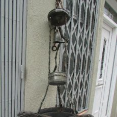 Antigüedades: LÁMPARA ANTIGUA DE IGLESIA. ELECTRIFICADA. AÑO 1940. GRANDE: 1 M. METAL Y COBRE. FIGURAS DE PERRO. Lote 98763795