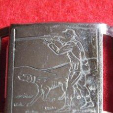 Antigüedades: ANTIGUA HEBILLA METALICA CON GRABADO DE CAZA PERRO ESCOPETA COMPLETA DOS PIEZAS. Lote 98784327
