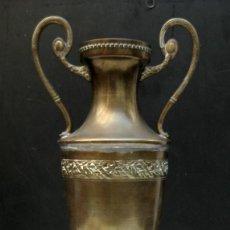 Antigüedades: GRAN JARRON O FLORERO IMPERIO FRANCES EN LATON ESTILO NAPOLEON III. Lote 98808239