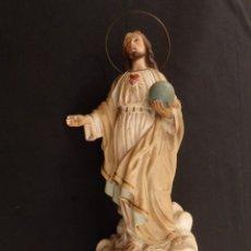 Sagrado Corazón realizado en estuco policromado. 40 cm altura. Talleres de Olot de Pps S XX.
