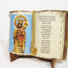 Antigüedades: ADORNO CON FORMA DE LIBRO EN BARRO COCIDO CON LA IMAGEN DE SANTA MARIA LA REAL DE LA ALMUDENA.. Lote 98846319
