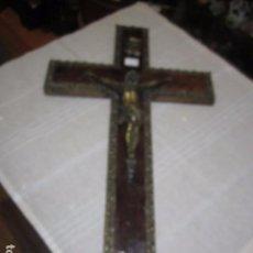 Antigüedades: CRUCIFIJO DE PARED EN BRONCE Y MADERA. 50 X 28 CMS.. Lote 98851011