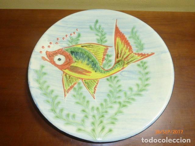 PLATO CERÁMICA. PEZ. FIRMADO PUIGDEMONT. 31 CMS. (Antigüedades - Porcelanas y Cerámicas - La Bisbal)