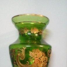 Antigüedades: JARRON DE CRISTAL DE BOHEMIA CON LAMINAS DE ORO ABDERIDAS A LOS HUECOS DEL CRISTAL CON PINCEL. Lote 98894775