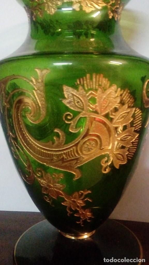 Antigüedades: JARRON DE CRISTAL DE BOHEMIA CON LAMINAS DE ORO ABDERIDAS A LOS HUECOS DEL CRISTAL CON PINCEL - Foto 2 - 98894775