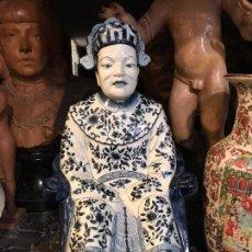 Antigüedades: FIGURA EMPERADOR CHINO EN LOZA BLANCA Y AZUL. Lote 98961575