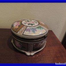 Antigüedades: CAJA DE PORCELANA DECORADA A MANO CON ADORNOS EN BRONCE. Lote 98967127