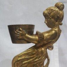 Antigüedades: PORTAVELAS EN BRONCE CON LA FIGURA DE UNA NIÑA. Lote 99029423