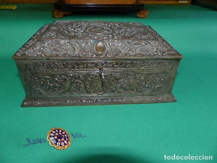,,,JOYERO LABRADO BRONCE BAÑO DE PLATA,,,23 X 16 X 11 CM.,,, (Antigüedades - Platería - Bañado en Plata Antiguo)