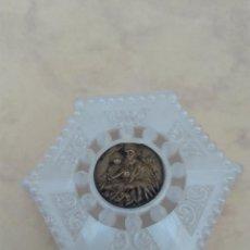 Antigüedades: PEQUEÑA CAJA HEXAGONAL - PLASTICO TIPO NACAR - PORTAROSARIOS. Lote 99197671