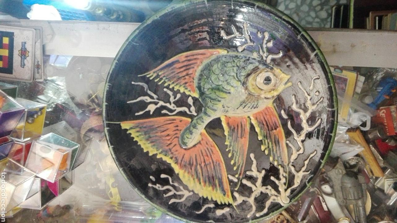 PLATO PEZ FIRMADO PUIGDEMONT 24,5CM (Antigüedades - Porcelanas y Cerámicas - La Bisbal)