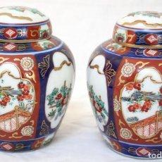 Antigüedades: PAREJA DE JARRONES O TIBOR EN PORCELANA JAPONESA ANTIGUA DE LA CASA GOLD IMARI Y PINTADOS A MANO.. Lote 99239563
