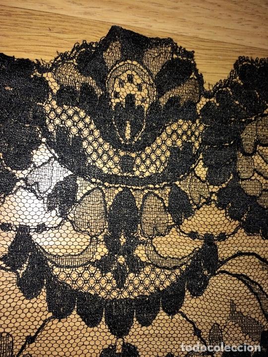 Antigüedades: GRAN MANTILLA. ENCAJE SEMIMANUAL. SEDA O VISCOSA. ESPAÑA. CIRCA 1950 - Foto 7 - 99354139