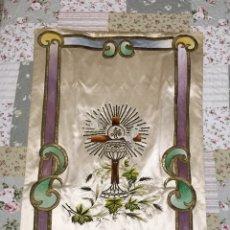Antigüedades: SOBERBIO ESTANDARTE BORDADO A MANO EN ORO, SEDAS Y CARTONCILLO. JHS. S. XIX. Lote 99379299
