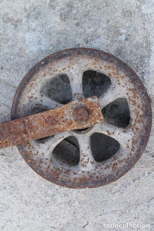 Antigüedades: Antigua polea gandera en hierro forjado. Garrucha. - Foto 3 - 99421235