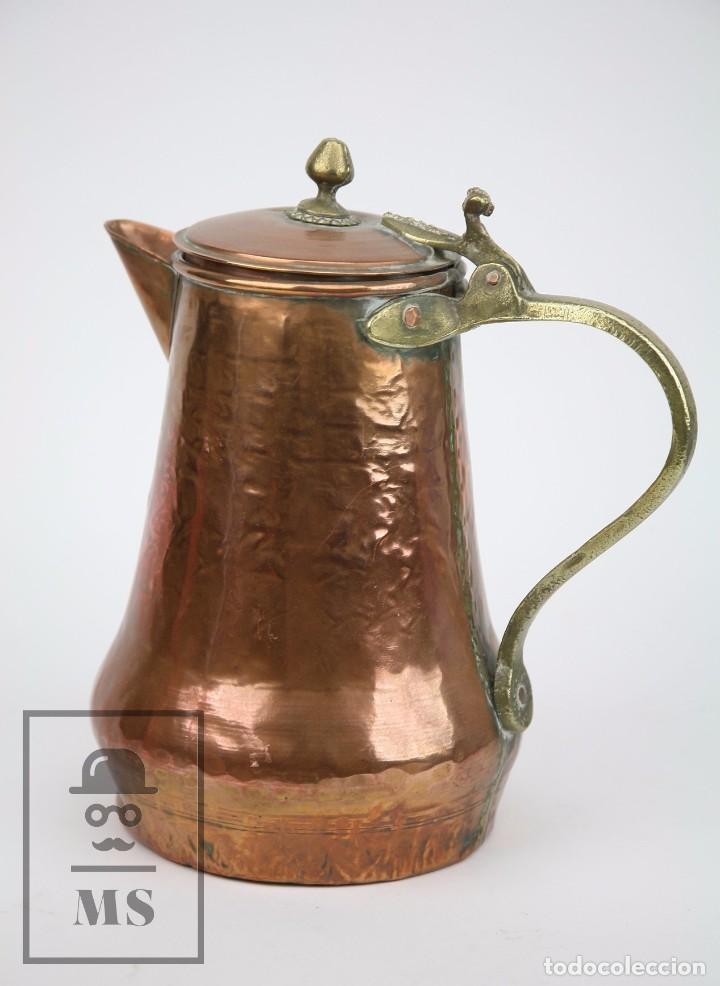Antigüedades: Jarra de Cobre Martillado y Detalles de Bronce - Mediados del Siglo XX - Medidas 25 x 17 x 27 cm - Foto 2 - 99432139