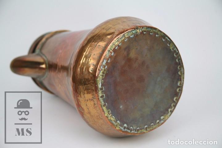 Antigüedades: Jarra de Cobre Martillado y Detalles de Bronce - Mediados del Siglo XX - Medidas 25 x 17 x 27 cm - Foto 3 - 99432139