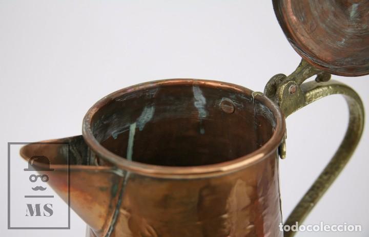 Antigüedades: Jarra de Cobre Martillado y Detalles de Bronce - Mediados del Siglo XX - Medidas 25 x 17 x 27 cm - Foto 4 - 99432139