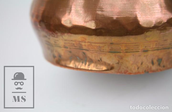 Antigüedades: Jarra de Cobre Martillado y Detalles de Bronce - Mediados del Siglo XX - Medidas 25 x 17 x 27 cm - Foto 5 - 99432139