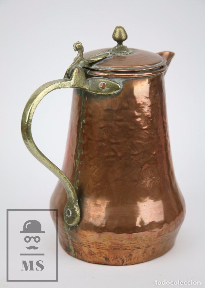Antigüedades: Jarra de Cobre Martillado y Detalles de Bronce - Mediados del Siglo XX - Medidas 25 x 17 x 27 cm - Foto 6 - 99432139