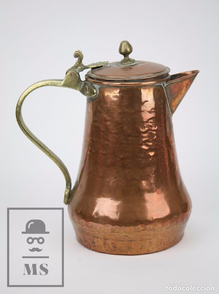 Antigüedades: Jarra de Cobre Martillado y Detalles de Bronce - Mediados del Siglo XX - Medidas 25 x 17 x 27 cm - Foto 9 - 99432139
