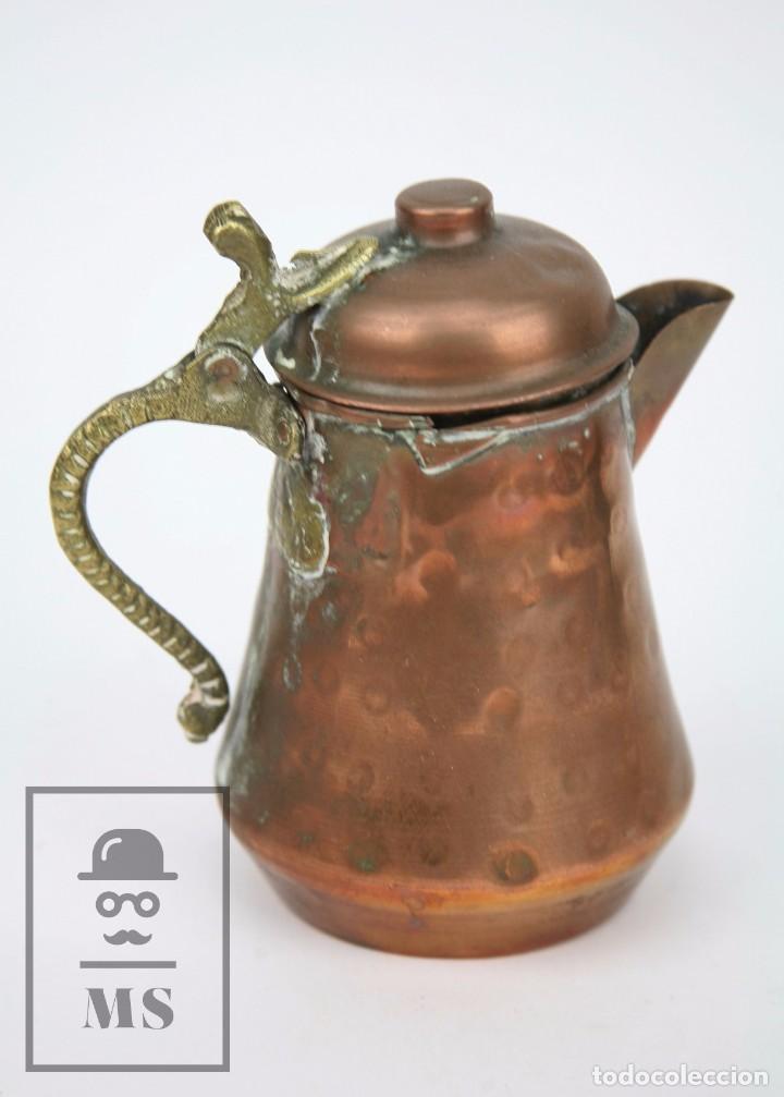 Antigüedades: Jarrita de Cobre Martillado y Detalles de Bronce - Mediados del Siglo XX - Medidas 13 x 9 x 15 cm - Foto 2 - 99432799
