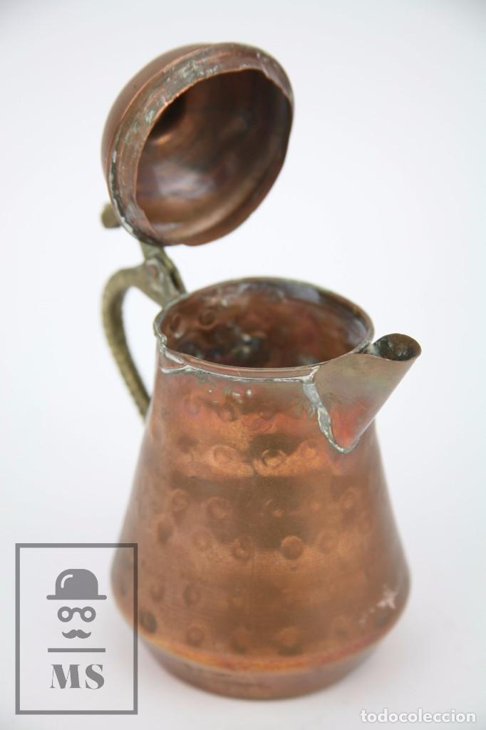 Antigüedades: Jarrita de Cobre Martillado y Detalles de Bronce - Mediados del Siglo XX - Medidas 13 x 9 x 15 cm - Foto 3 - 99432799