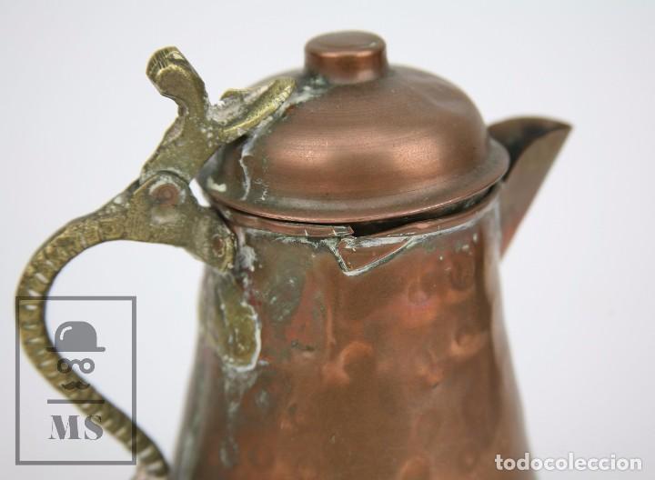 Antigüedades: Jarrita de Cobre Martillado y Detalles de Bronce - Mediados del Siglo XX - Medidas 13 x 9 x 15 cm - Foto 4 - 99432799