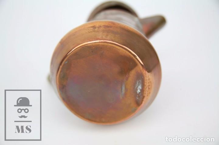 Antigüedades: Jarrita de Cobre Martillado y Detalles de Bronce - Mediados del Siglo XX - Medidas 13 x 9 x 15 cm - Foto 5 - 99432799
