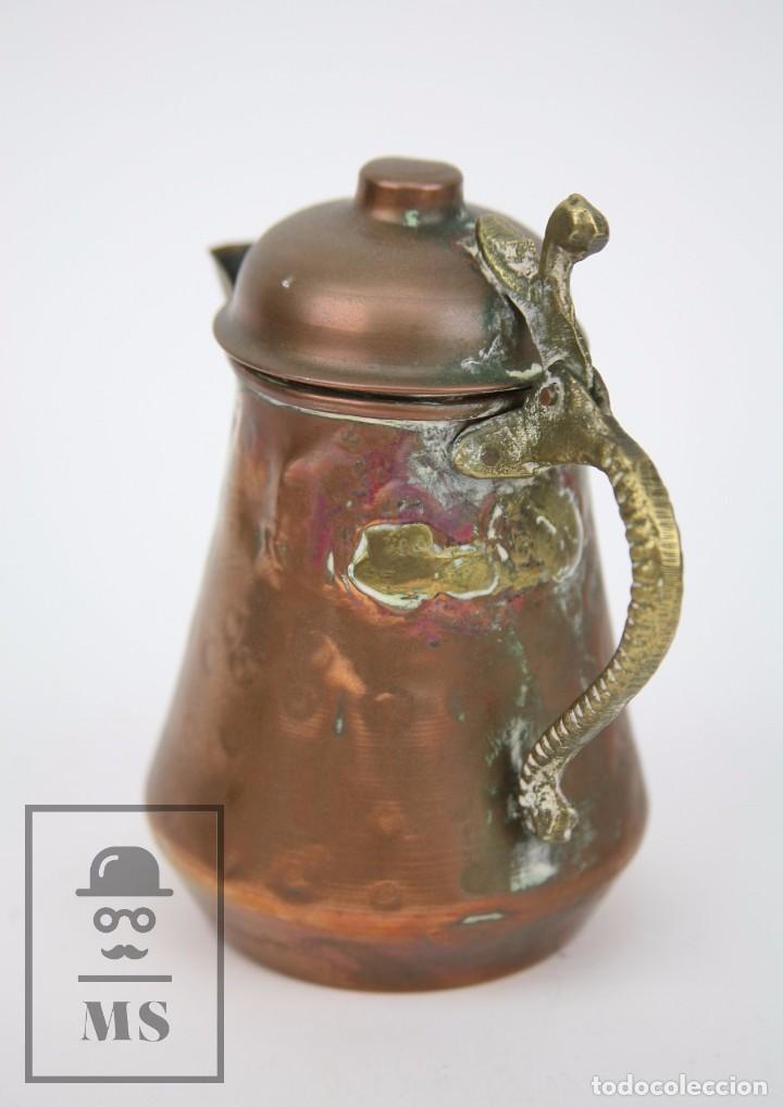 Antigüedades: Jarrita de Cobre Martillado y Detalles de Bronce - Mediados del Siglo XX - Medidas 13 x 9 x 15 cm - Foto 6 - 99432799