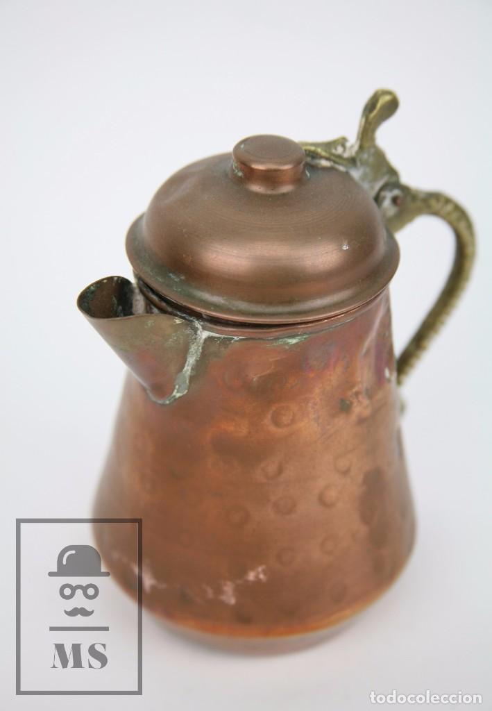 Antigüedades: Jarrita de Cobre Martillado y Detalles de Bronce - Mediados del Siglo XX - Medidas 13 x 9 x 15 cm - Foto 8 - 99432799