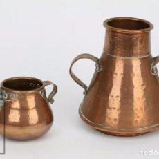 Antigüedades: PAREJA DE MEDIDAS PARA LÍQUIDOS Y OLLA DECORATIVAS - COBRE MARTILLADO - VDA. DE J. ARMENGOL, OLOT. Lote 109773107