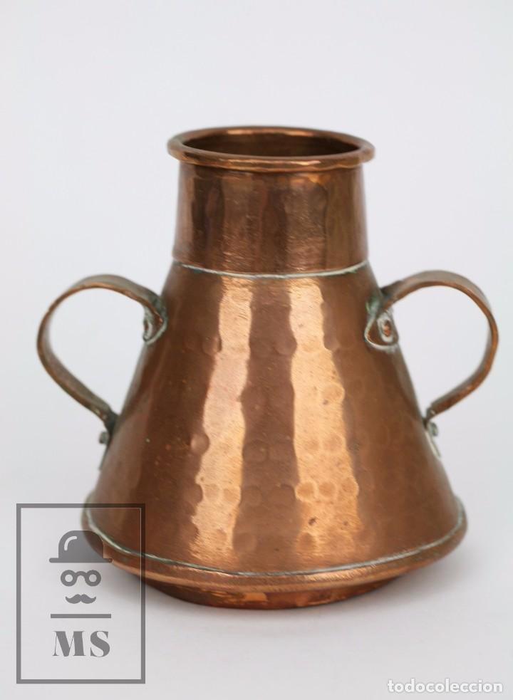 Antigüedades: Pareja de Medida para Líquidos y Olla Decorativas - Cobre Martillado - Vda. de J. Armengol, Olot - Foto 2 - 109773107