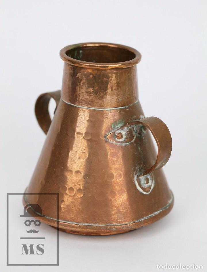 Antigüedades: Pareja de Medida para Líquidos y Olla Decorativas - Cobre Martillado - Vda. de J. Armengol, Olot - Foto 3 - 109773107