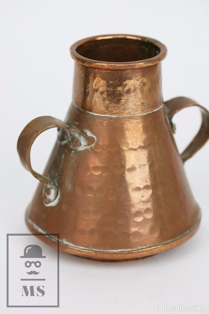 Antigüedades: Pareja de Medida para Líquidos y Olla Decorativas - Cobre Martillado - Vda. de J. Armengol, Olot - Foto 4 - 109773107