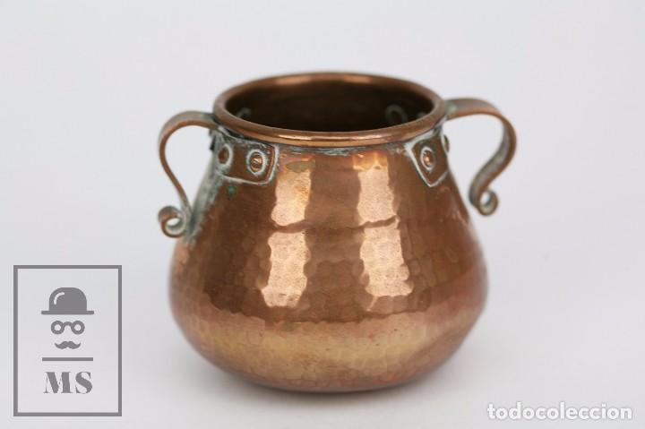 Antigüedades: Pareja de Medida para Líquidos y Olla Decorativas - Cobre Martillado - Vda. de J. Armengol, Olot - Foto 6 - 109773107