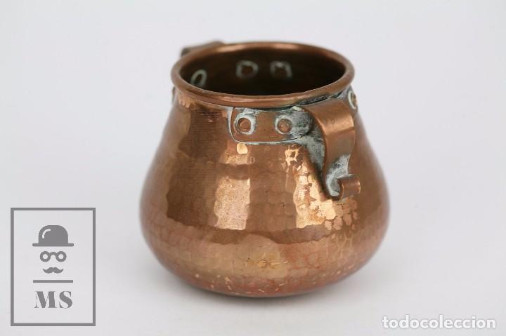 Antigüedades: Pareja de Medida para Líquidos y Olla Decorativas - Cobre Martillado - Vda. de J. Armengol, Olot - Foto 7 - 109773107