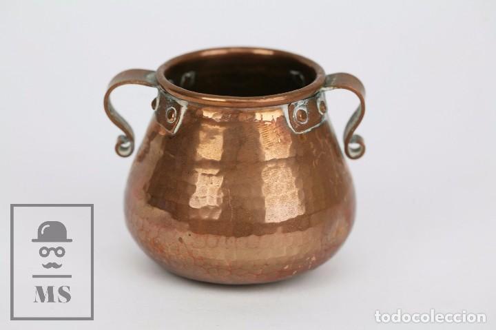 Antigüedades: Pareja de Medida para Líquidos y Olla Decorativas - Cobre Martillado - Vda. de J. Armengol, Olot - Foto 8 - 109773107