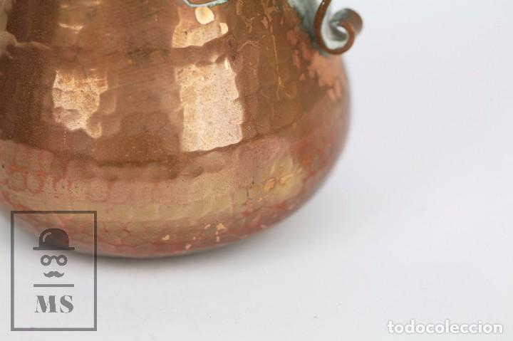 Antigüedades: Pareja de Medida para Líquidos y Olla Decorativas - Cobre Martillado - Vda. de J. Armengol, Olot - Foto 9 - 109773107