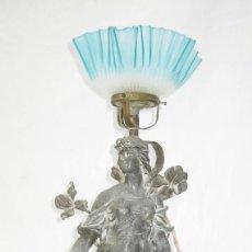 Antigüedades: PRECIOSA LAMPARA ANTIGUA ART NOUVEAU FRANCIA CIRCA 1900 EN PELTRE Y OPALINA AZUL ART DECO. Lote 99439099