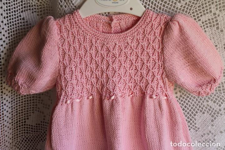 Antigüedades: Vestido artesanal de algodón para bebé niña o muñeca, textura punto de lana - Foto 2 - 99446843