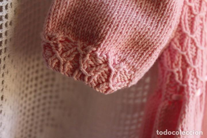 Antigüedades: Vestido artesanal de algodón para bebé niña o muñeca, textura punto de lana - Foto 5 - 99446843